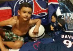 Davi recebeu os presentes dos jogadores do PSG (FOTO: Arquivo pessoal)