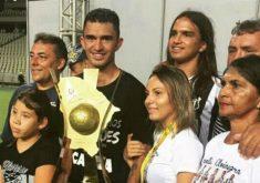 Ao lado dos familiares, Raul comemora o título (FOTO: Reprodução/Facebook)