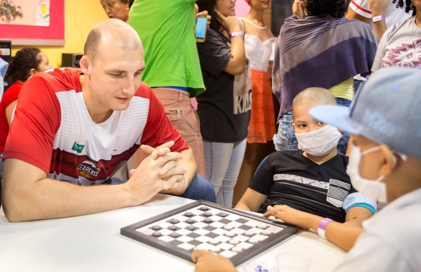 Atletas do basquete fazem visita às crianças da Associação Peter Pan