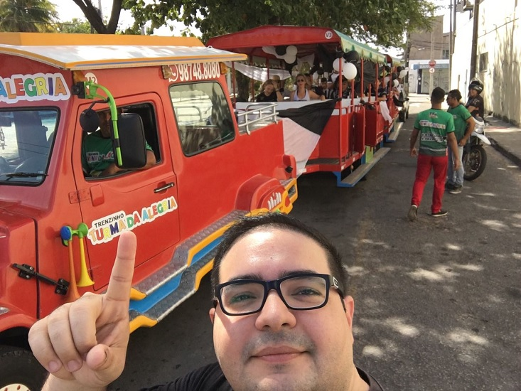 Ricardo comemora o acesso ao lado do trenzinho (FOTO: Arquivo pessoal)