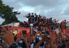 Carro dos Bombeiros precisou seguir devagarinho (Foto: Hayanne Narlla/Tribuna do Ceará)