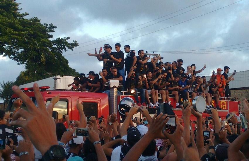 Ceará leva multidão às ruas da cidade no desembarque após o acesso à Série A