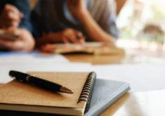 conceito-de-educacao-estudante-estudando-e-brainstorming-conceito-de-campus-perto-de-estudantes-discutindo-seu-assunto-em-livros-ou-livros-didaticos-foco-seletivo_1418-626