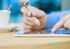 internet-shopping-on-line-com-tablet-pc-e-cartao-de-credito-internet-comprador-compra-coisas-na-internet_1391-605