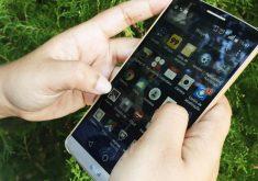 Mão segurando celular com aplicativos