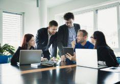 Pessoas em uma sala de reunião em referência aos cursos oferecidos na área de gestão