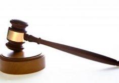 Martelo sobre base em referência a vagas de estágio no curso de Direito