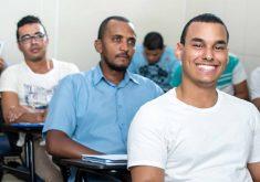 Homens em uma sala de aula