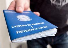 Mão de pessoa segurando carteira de trabalho em referência as vagas ofertadas no Sine