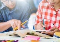 Pessoas escrevendo em livros em referência as dicas para o Enem