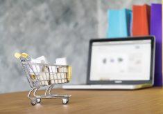 Carrinho de compras e notebook em uma bancada em referência aos seminários oferecidos de montar seu negócio online