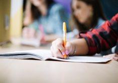 Pessoa escrevendo em um caderno em referência a cursos ofertados pelo Senai
