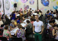 Pessoas em uma sala em referência a Empresa oferece 2 mil vagas em curso de artesanato gratuito