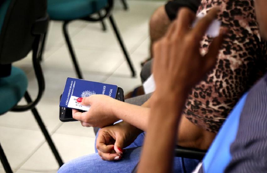 Carteira de trabalho na mão em referência a Sines Municipais ofertam mais de 290 vagas de trabalho em Fortaleza