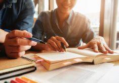 Pessoas lendo em referência a Universidade da Nova Zelândia oferece bolsas de estudo para graduação e pós