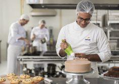 Homem confeitando bolo em referência a Abertas inscrições para o curso de confeitaria no Senac
