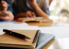Pessoas escrevendo em referência a Cervejaria Ambev abre vagas estágio para diversos cursos