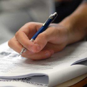 Mão com caneta em referência a Confira 6 dicas de estudo para se preparar para o ENEM