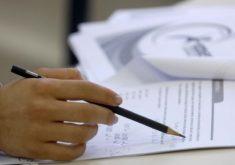 Pessoa escrevendo em referência a Controle é emocional deve fazer parte da preparação para o Enem