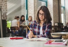 brunette-encantador-estudando-sozinho
