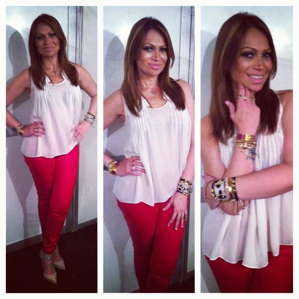 Sol de calça vermelha e blusa básica