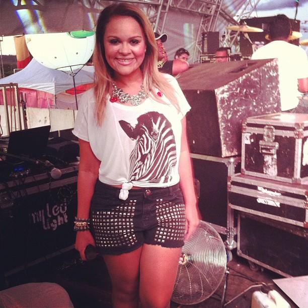 T-shirt e short jeans são os favoritos da cantora