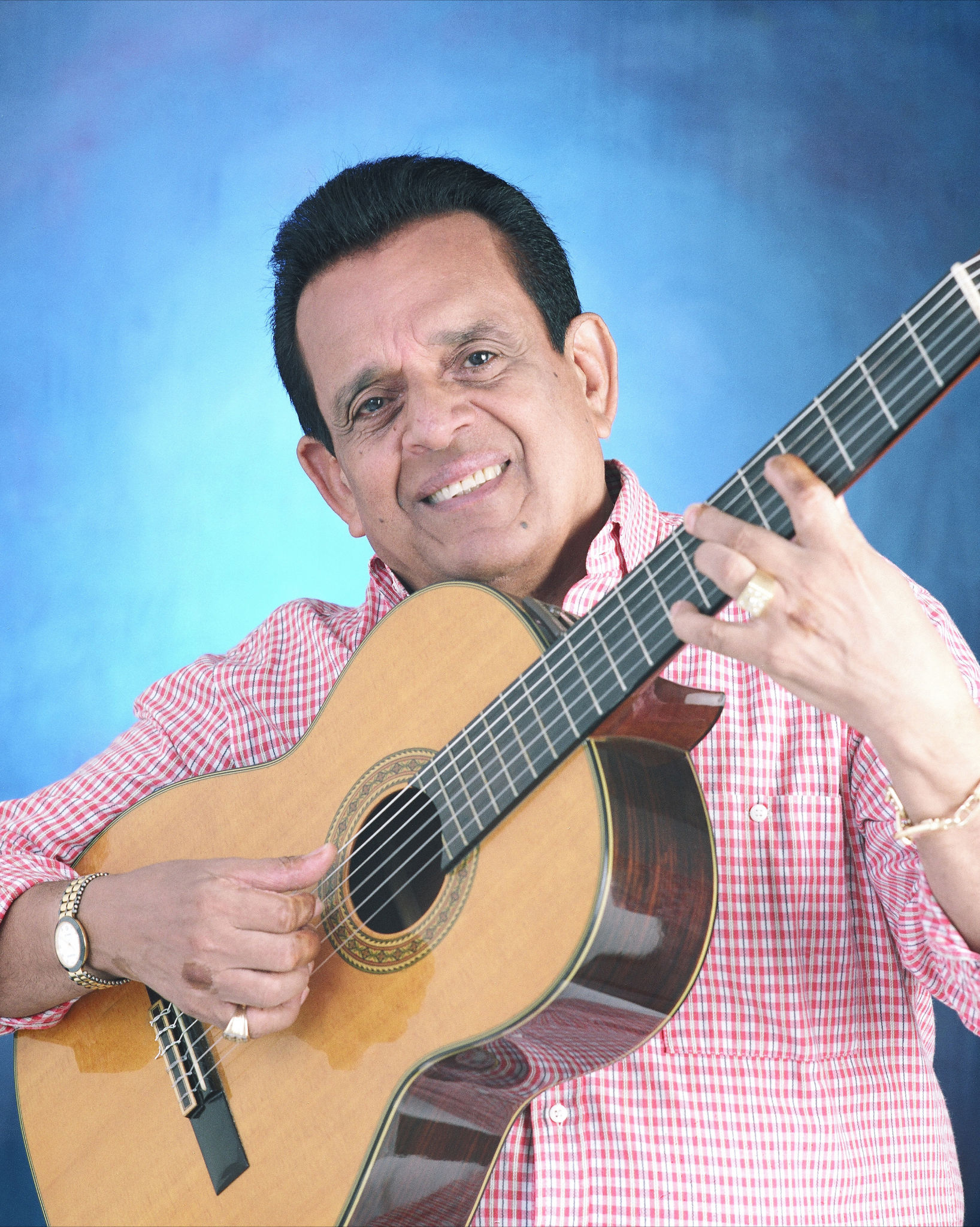 Evaldo Gouveia comemora 60 anos de carreira em show no BNB Clube