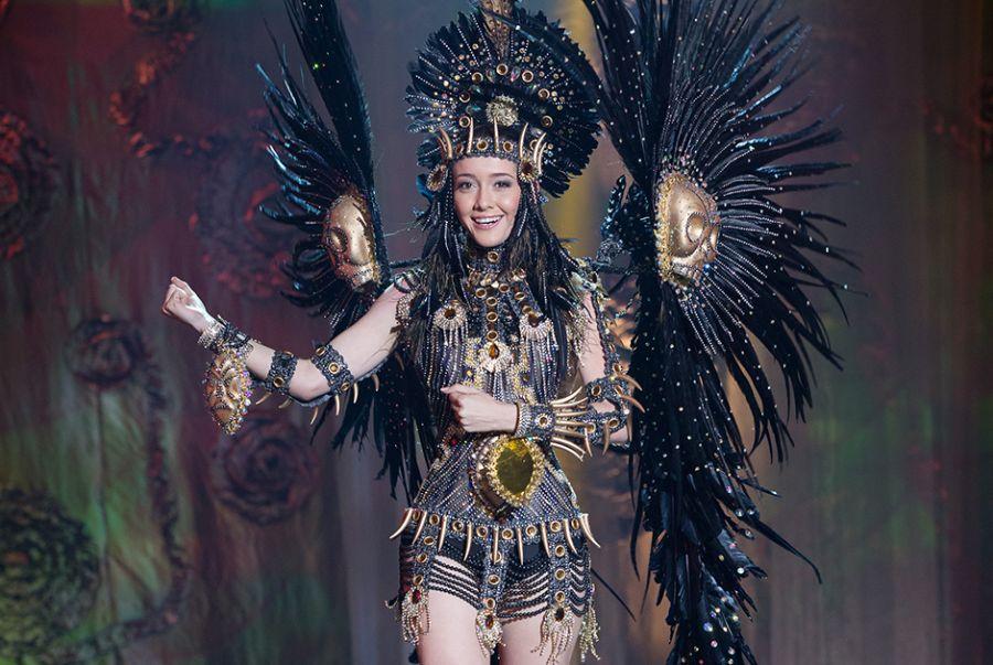 Nicole Verçosa, a Miss Alagoas, vestiu-se como a deusa guerreira dos índios Caetés, feito por Marcelo Dias amazônica