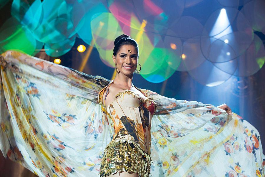Janaina Barcelos, a Miss Minas Gerais, Estado anfritrião do concurso, relembrou as arte histórica com a roupa Barroco Mineiro