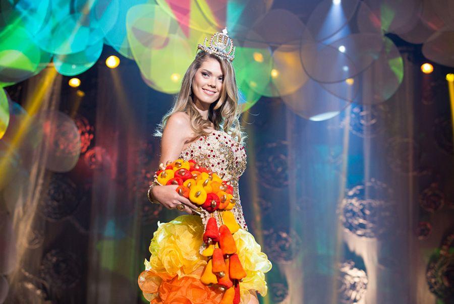 Nathalya Araújo, a Miss Piauí, tradziu na roupa o sabor mais conhecido do Estado com o traje A Rainha do Caju