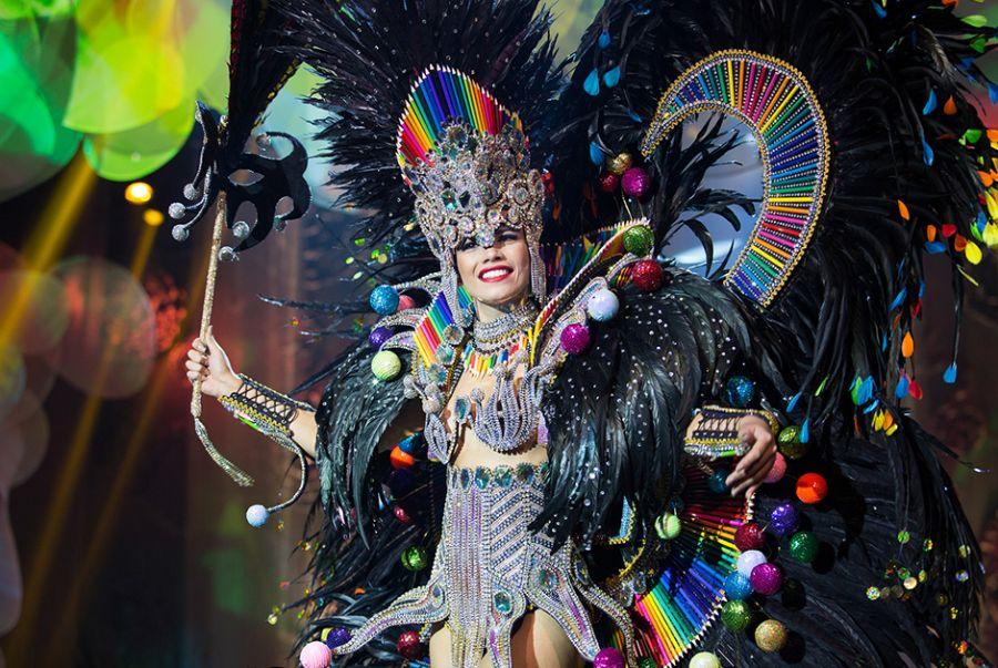 Orama Valentim , a Miss Rio de Janeiro, mostrou o que o Estado sabe fazer de melhor no traje Rio de Janeiro, um carnaval de Cores