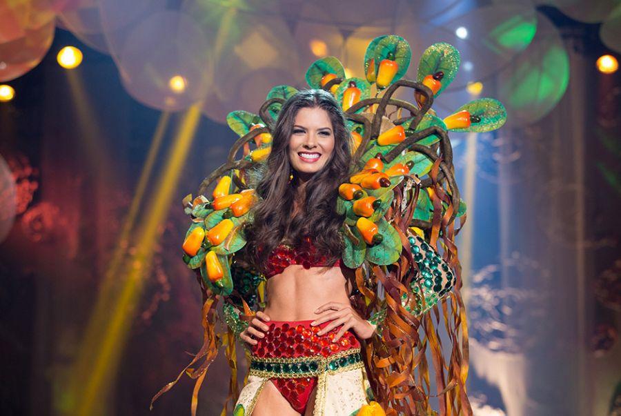 Cristina Alves, a Miss Rio Grande do Norte, representou na roupa O Maior Cajueiro do Mundo um dos pontos turísticos mais visitados do Estado