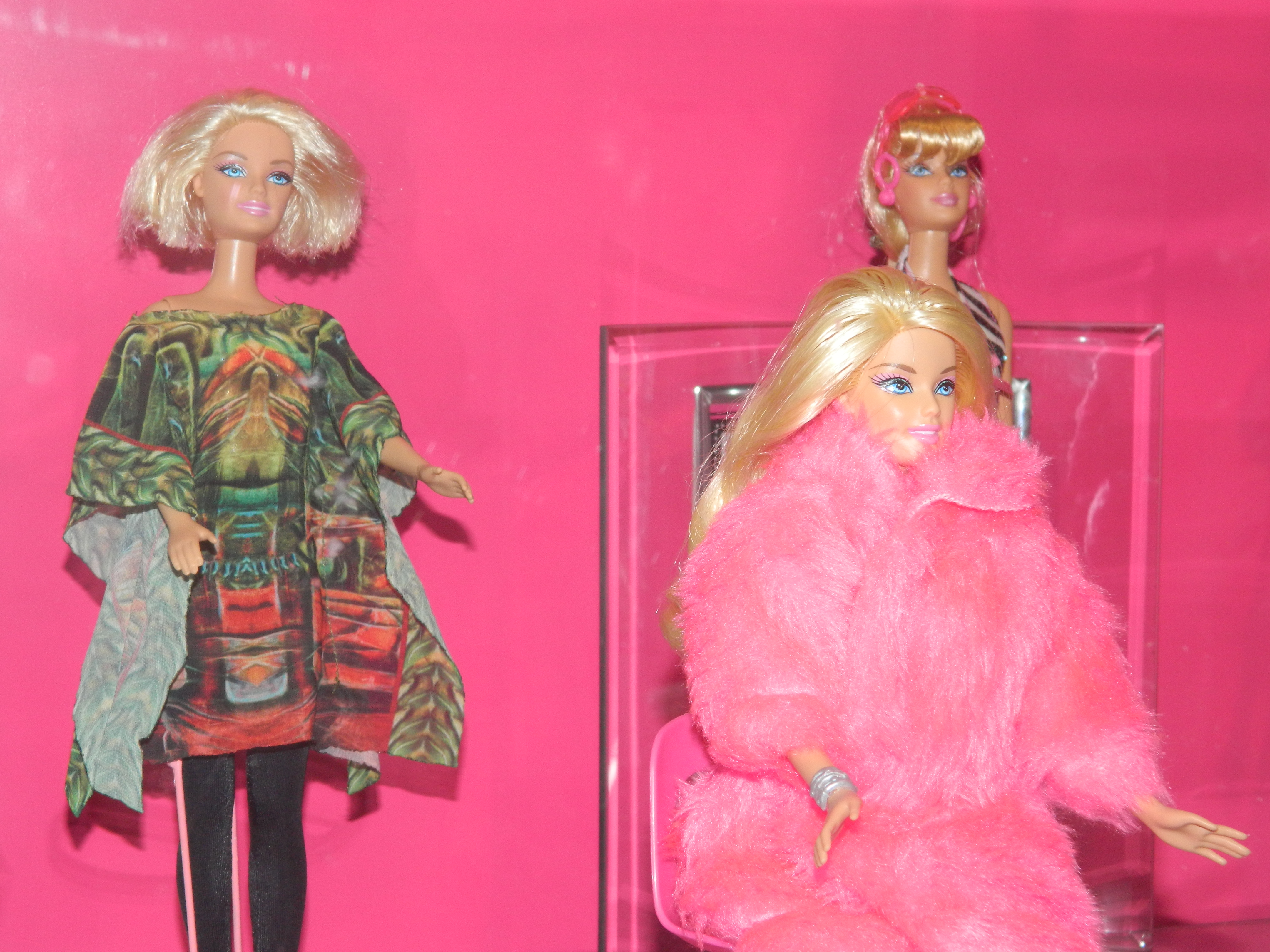 Em exibição, o público pode conferir 150 bonecas Barbie, vestidas com réplicas de criações de estilistas como Cabeto, Kalil Nepomuceno, Alysson Aragão, Lino Villaventura, Tales Macedo, Karina Sampaio, Lúcia Pereira, Lindalva Moreira e Irene Pinheiro (FOTO: DIVULGAÇÃO)