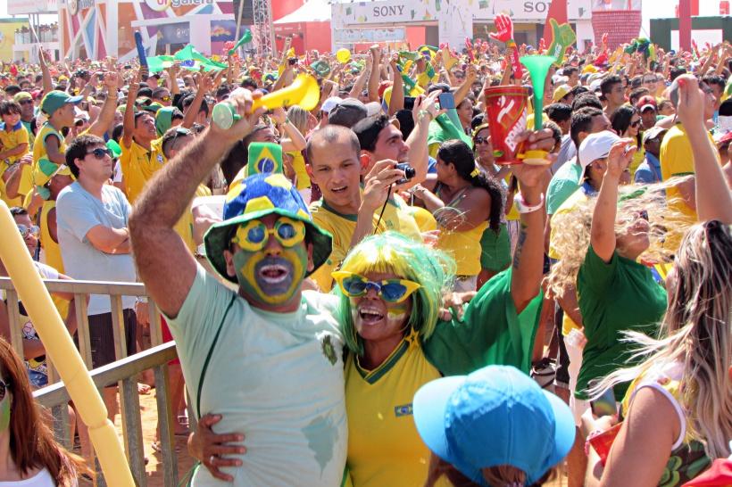 Festa em Fortaleza na Praia de Iracema já tem jeitinho de quero mais. Próximo jogo do Brasil será no Castelão (FOTO: Thiago Cafardo/Portal da Copa)