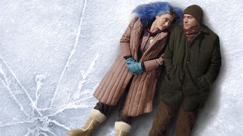 Joel (Jim Carrey) e Clementine (Kate Winslet) formavam um casal que durante anos tentaram fazer com que o relacionamento desse certo. Desiludida com o fracasso, Clementine decide esquecer Joel para sempre e, para tanto, aceita se submeter a um tratamento experimental, que retira de sua memória os momentos vividos com ele.
