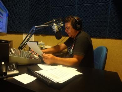 O apresentador do programa Manhã de Sucesso, Paulo Costa, nasceu em Crateús e trabalha como radialista há 31 anos. (FOTO: Tribuna do Ceará/ Rosana Romão)