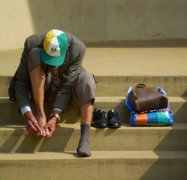 Colocar os sapatos no Sol ajuda na eliminação de bactérias pois diminui a umidade. (FOTO: Flickr/ Creative Commons/ Ailton Bedani)