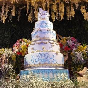 Bolo de cristais Swarovski media 1,5m e custou R$ 2.600