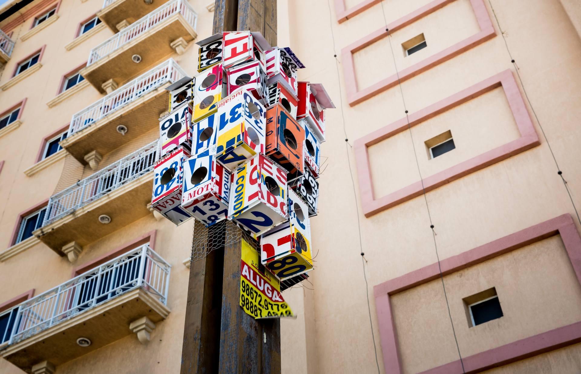 """Placas imobiliárias não podem ser fixadas em postes. Em """"Vendido"""", projeto de André Quintino, a poluição visual vira casas de passarinho (FOTO: Arquivo pessoal)"""