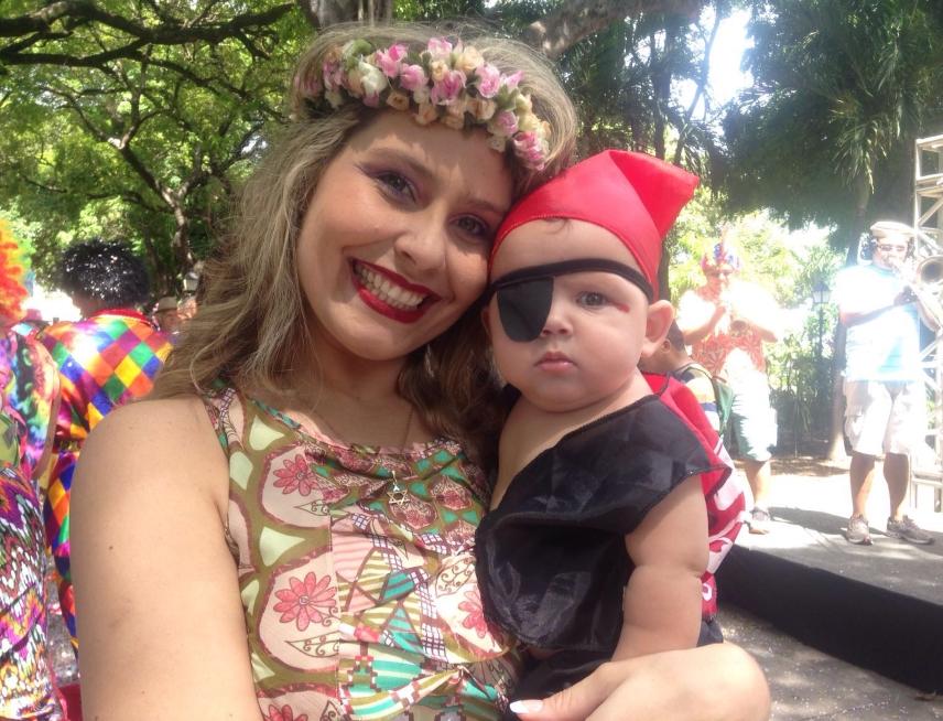 Joaquim Rosa ao lado da mamãe era pura fofura (FOTO: Roberta Tavares/Tribuna do Ceará)