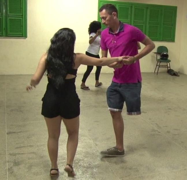 Professor de forró que só tem uma perna dá show no salão em Maracanaú