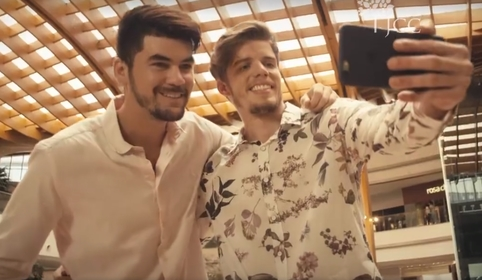 Shopping traz casal gay em propaganda do Dia dos Namorados
