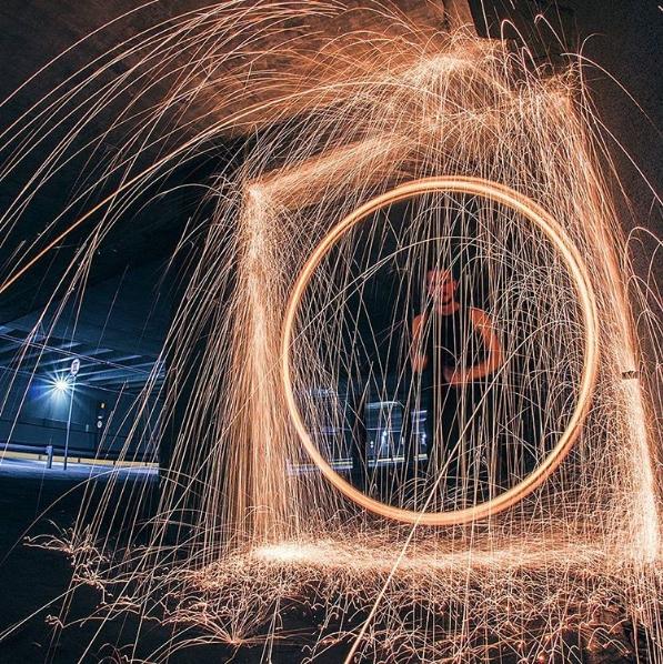 Cearense faz fotos noturnas com fogo e mágica em locais inusitados