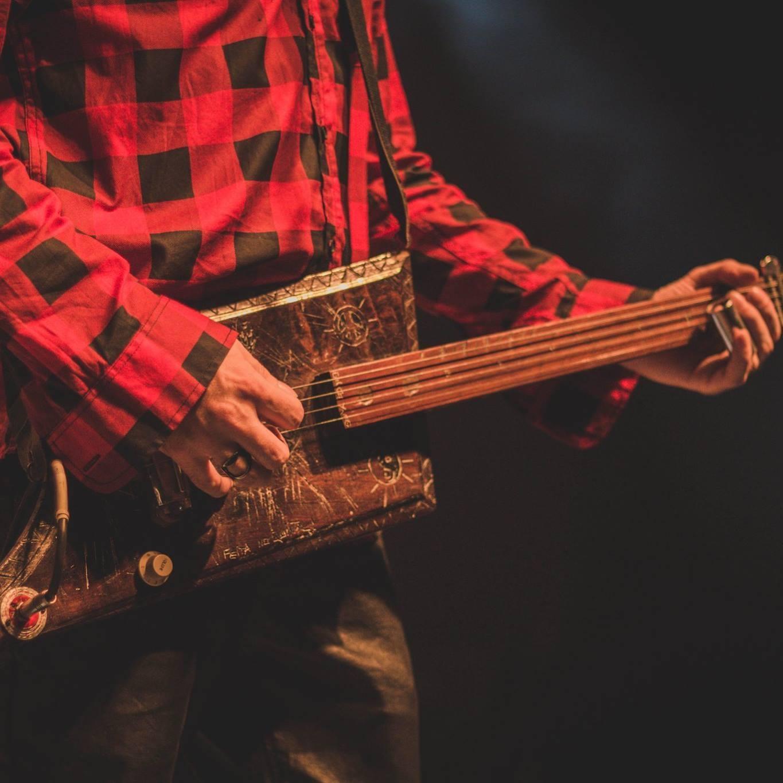O músico cria os próprios instrumentos (FOTO: Reprodução/Facebook)