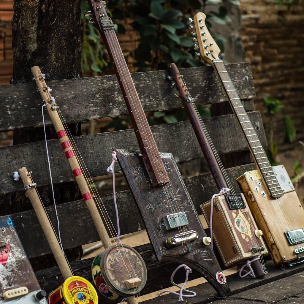 Cearense toca instrumentos fabricados por ele com materiais recicláveis