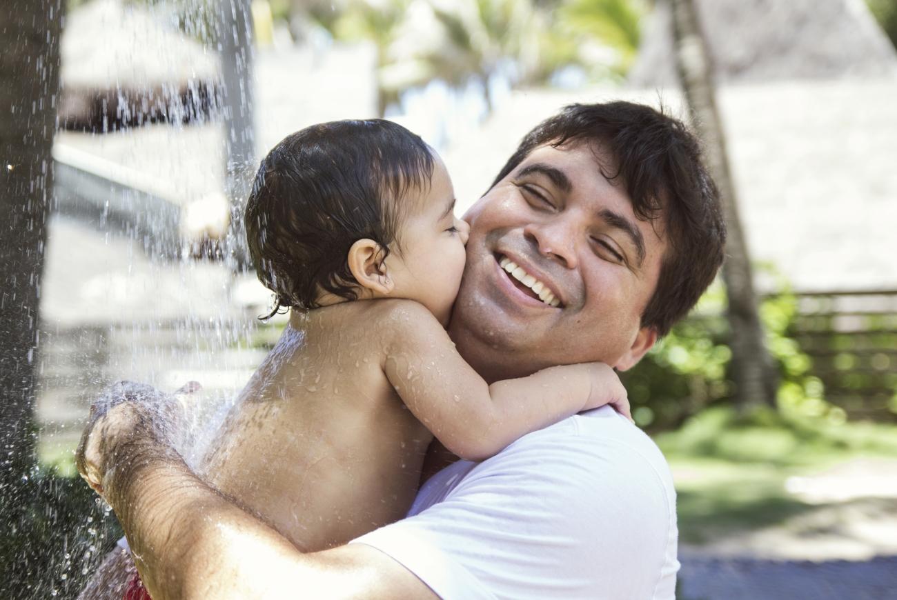 """Exposição """"Colo de Pai"""" mostra fotos emocionantes de pais e filhos"""
