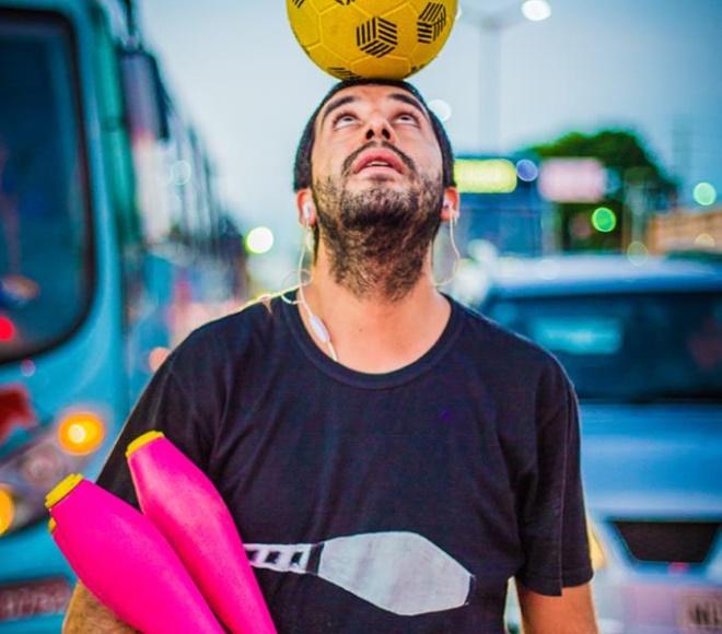 Projeto fotográfico retrata vida de artistas que trabalham nos sinais de Fortaleza