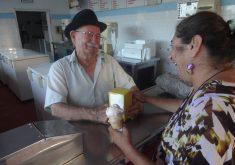 """Ir na sorveteria """"O Juarez"""" faz parte do cotidiano do fortalezense. (FOTO: Arquivo Tribuna do Ceará)"""