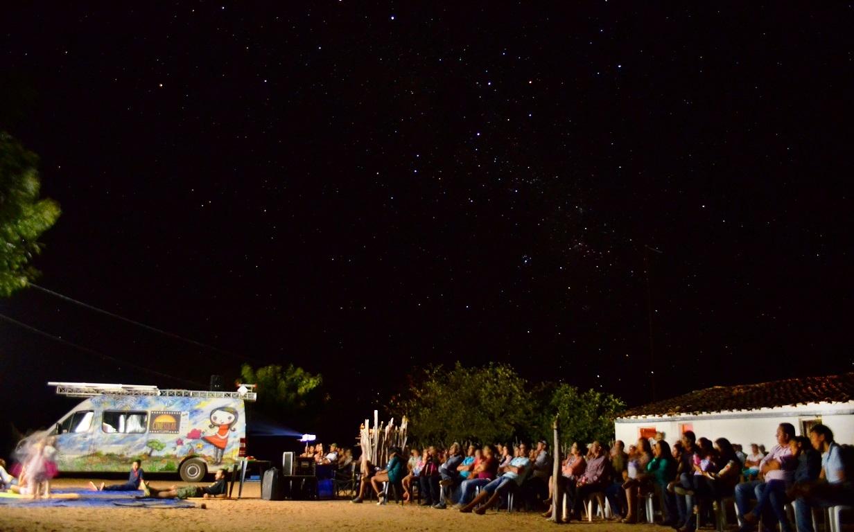 Projeto leva em uma van a magia do cinema utilizando energia solar