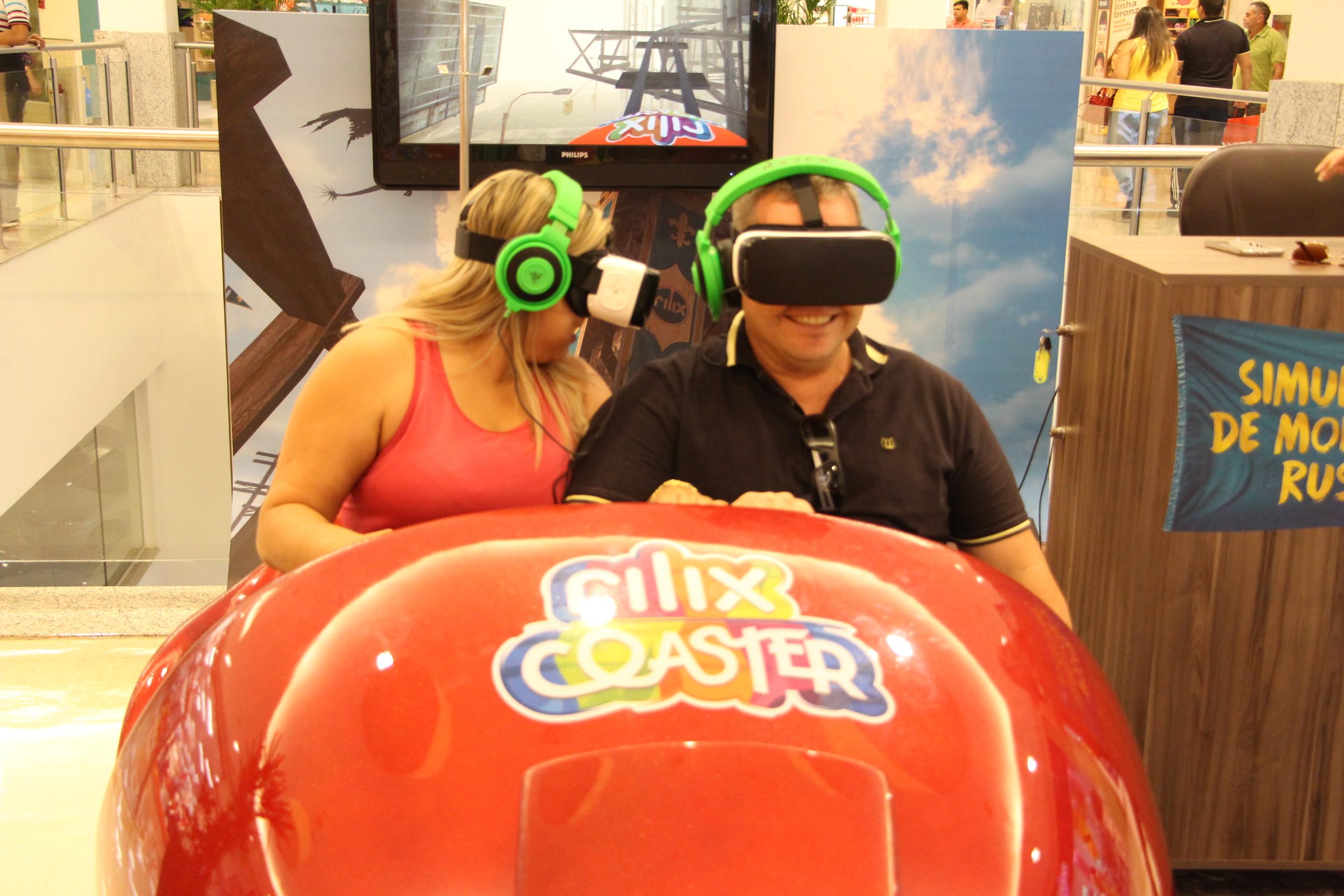 Simulador de montanha russa tem 20 cenários, vibração e vento no rosto
